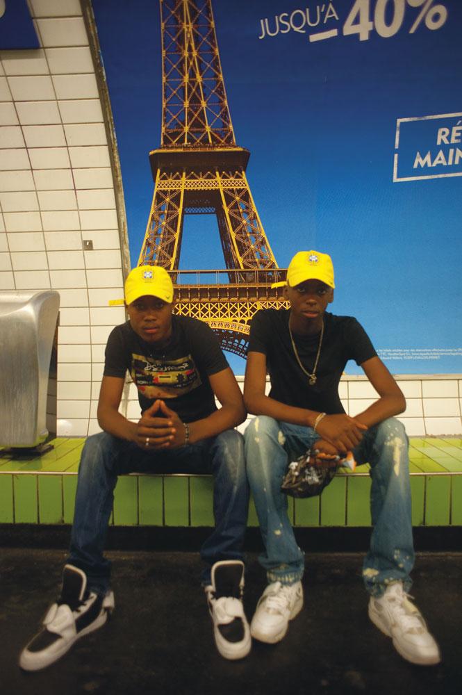 Dans le métro, baskets et casquettes tournent le dos à la Tour Eiffel