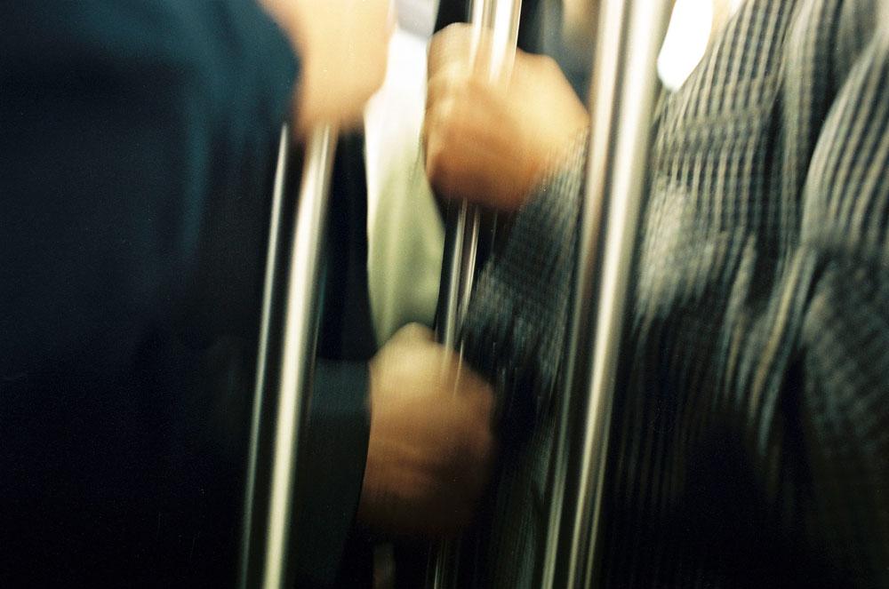 Dans le métro, on se cramponne
