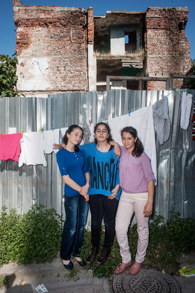 Jeunes filles dans un quartier populaire