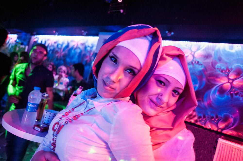 Femmes en hijab dans une boite de nuit