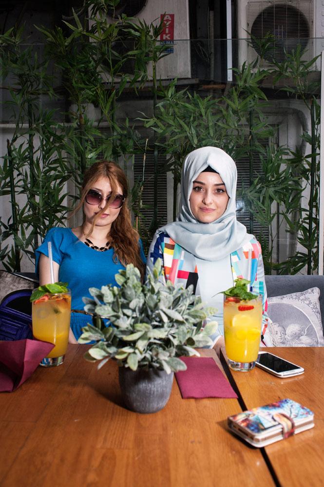 Religieuse et laïque, à la terrasse d'un bar