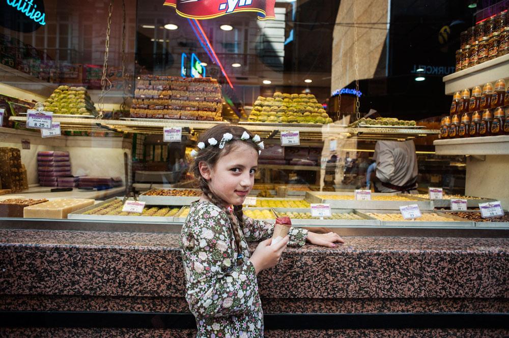 Devant une pâtisserie, Place Taksim