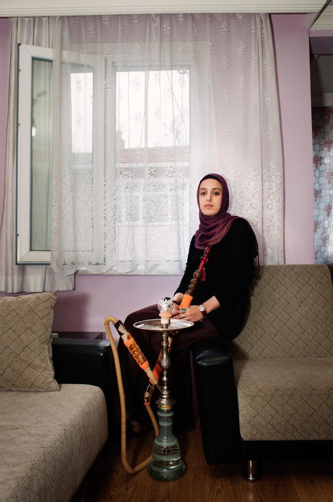 Femme religieuse chez elle