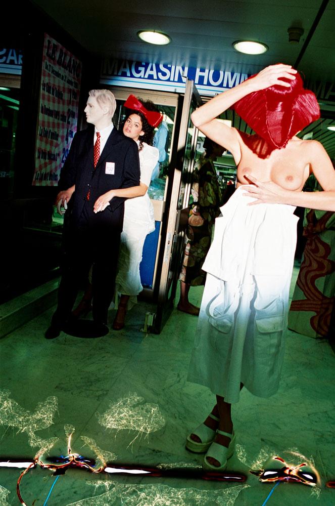 Pour les 50 ans de Tati, une nuit, deux mannequins prennent la pose