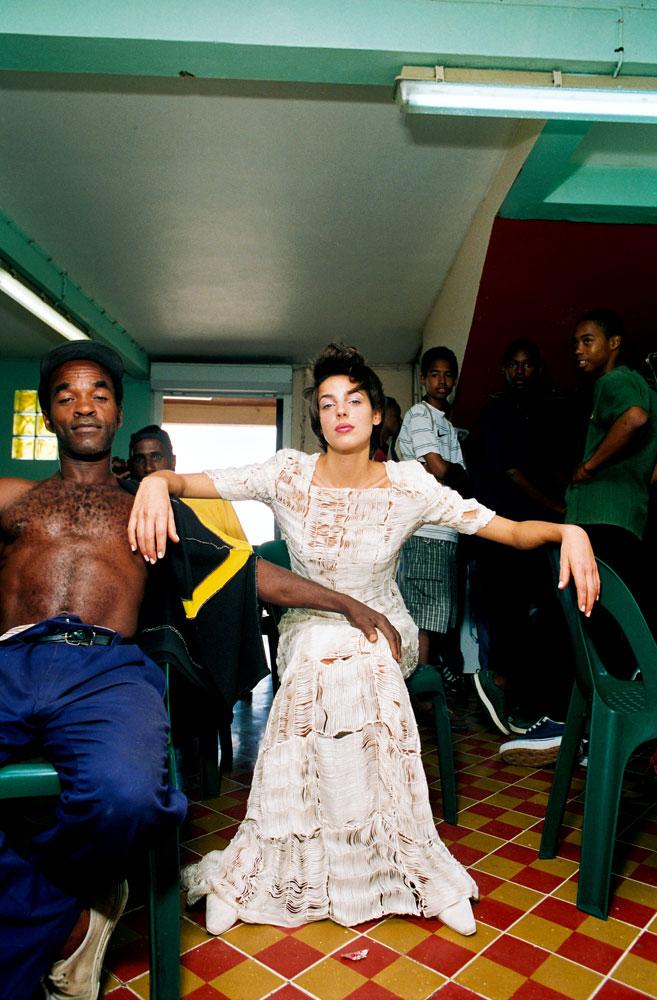 Série en Martinique, dans un bar, entre deux poses