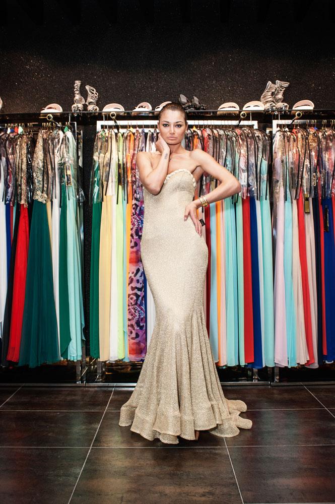 Jeune femme, issue d'un quartier populaire, mannequin dans une boutique de prêt             à porter