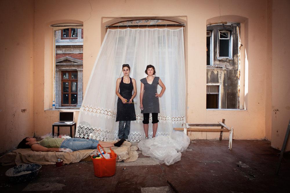 Jeunes femmes peintres dans un squat d'un quartier en rénovation