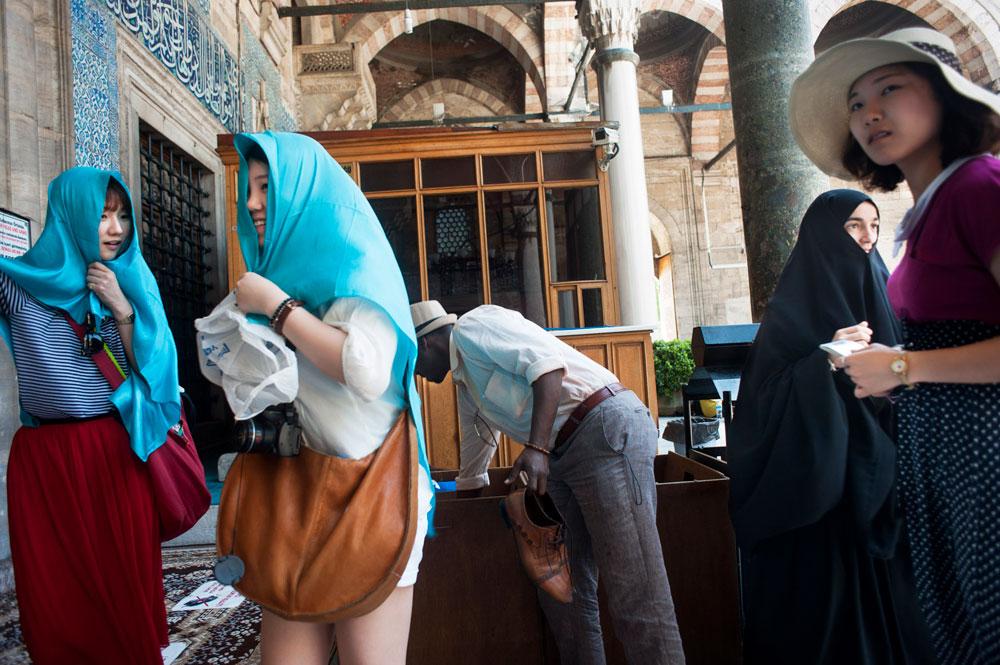 Touristes à l'entrée d'une mosquée